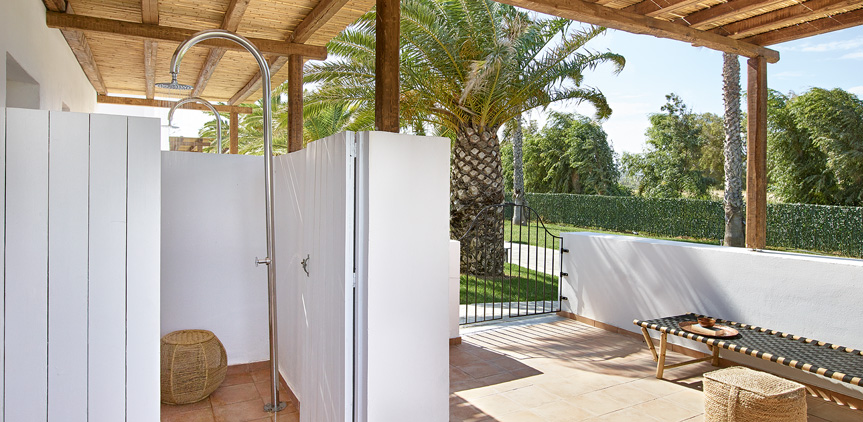 03-External-Shower-Junior-Bungalow-Shared-Patio