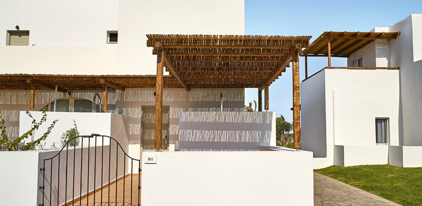 09-Bungalow-with-external-shower-Casa-Marron-Hotel-Peloponnese