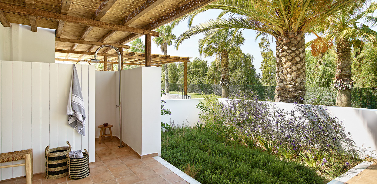 02-Oliva-Bungalow-Shared-Patio-External-Shower