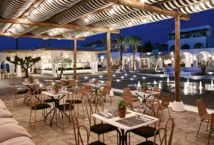 05-Night-lit-restaurant-by-the-courtyard