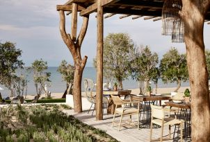 07-seaside-dining-below-the-shaded-pergola-in-Casa-Marron